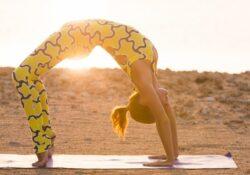 yoga praxis frau macht brücke pose | yoga praxis